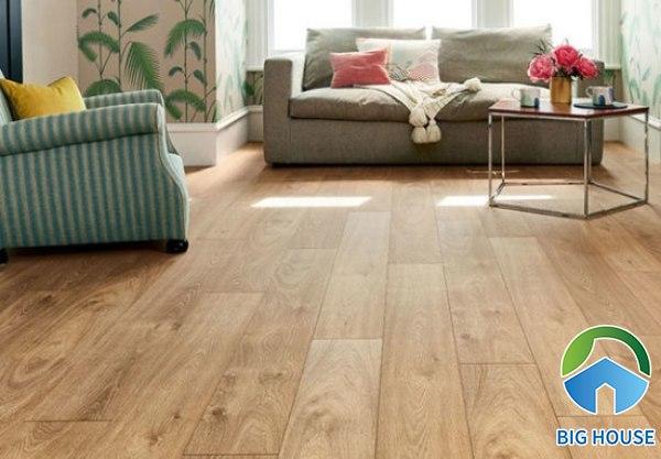 Gạch giả gỗ màu nâu vàng cho phòng khách đơn giản và cổ điển
