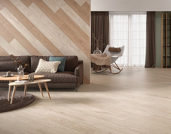 Phòng khách được phối gạch ốp tường với gạch lát nền đồng tone, đồ nội thất nghịch tone