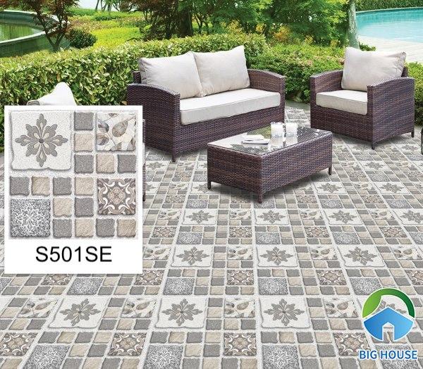 Mẫu gạch lát sân S501SE với họa tiết bề mặt là những viên sỏi đá màu trắng xen lẫn cùng với những bông cỏ tự nhiên. Ứng dụng gạch mang đến một bức tranh thảm chân thực và sinh động nhất.