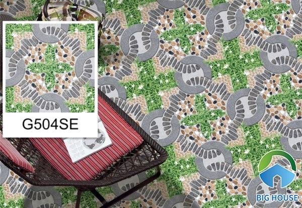 Nếu bạn là người yêu thích các thiết kế sân vườn thì đừng bỏ qua mẫu gạch G504SE. Thiết kế nhiều màu sắc nhưng hài hoà giữa cỏ và sỏi đá mang đến cho tổng thể vẻ đẹp ấn tượng và cuốn hút.