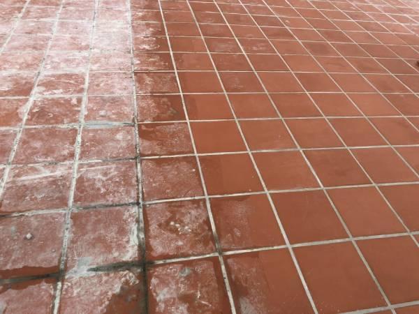 Cách làm sạch gạch đỏ lát sân dính xi măng hiệu quả