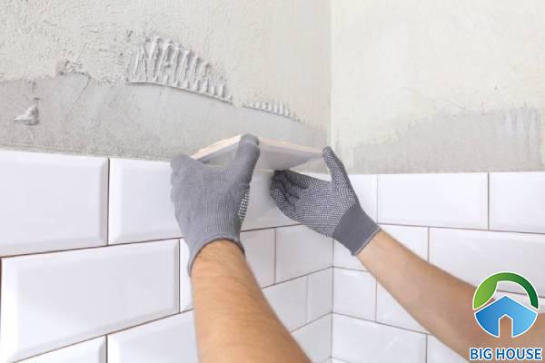 Gạch ốp tường bị bong do quá trình thi công còn nhiều thiếu sót