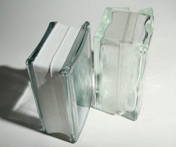 thiết kế dạng khối rỗng với lớp kính trong hoặc mờ